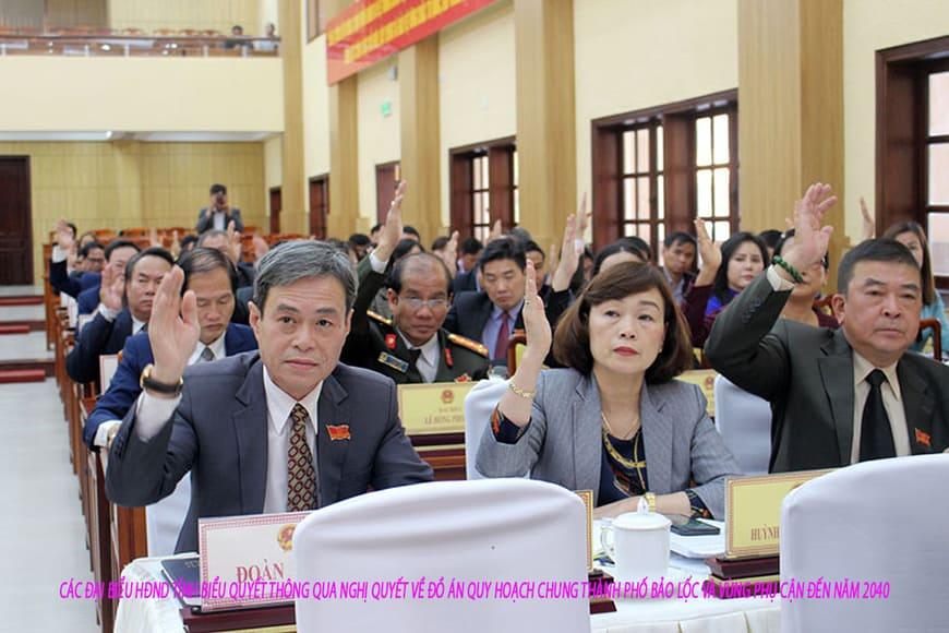 Các đại biểu HĐND tỉnh biểu quyết thông qua